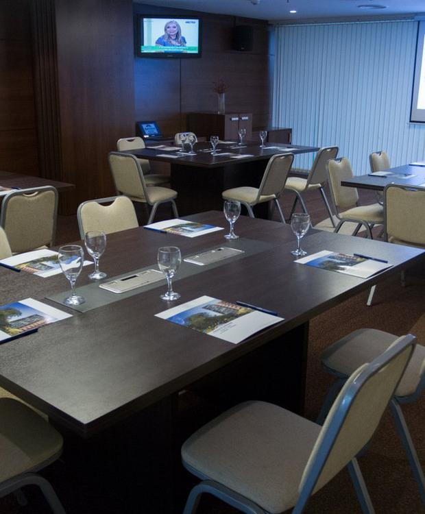 Sala de reuniones   Howard Johnson La Cañada Hotel & Suites